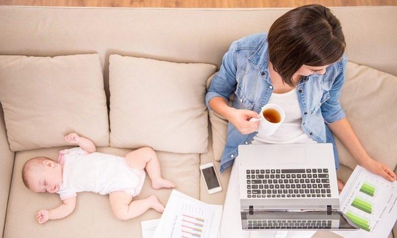 img wanita dengan bayi melakukan bisnis online